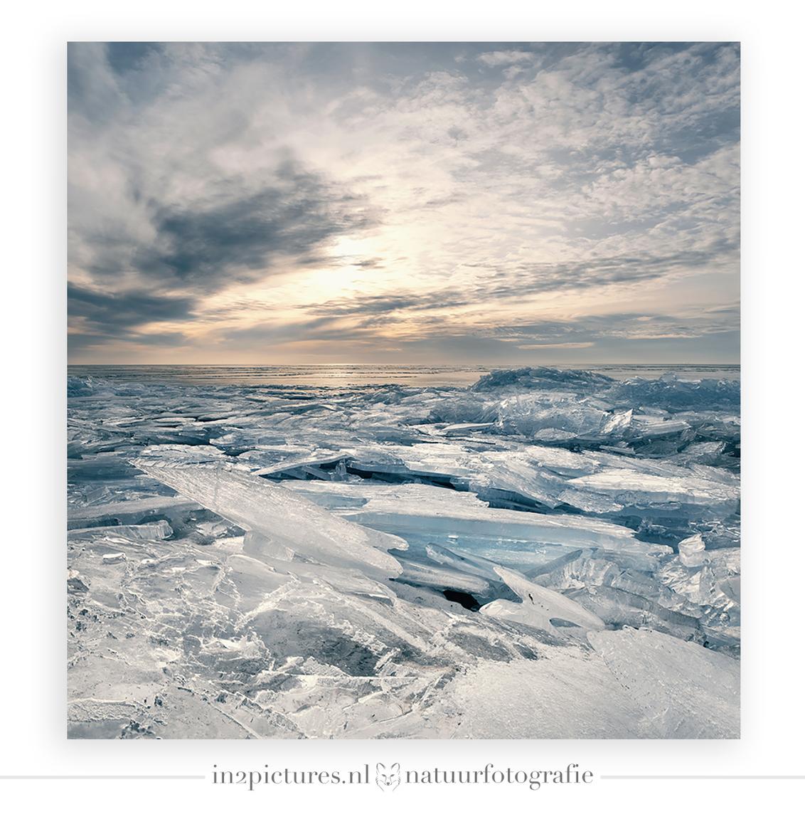 Laatste stuiptrekkingen van de winter - De laatste stuiptrekkingen van de winter! Hoe heerlijk en bijzonder was dit om te maken zeg... ik had dit natuurverschijnsel nog nooit gezien. Stapel - foto door in2picturesnature op 19-02-2021 - deze foto bevat: wit, blauw, water, panorama, winter, ijs, zonsopkomst, ijsselmeer, ijsschotsen, natuurverschijnsel, natuurfotografie, ijsschots, landschapsfotografie, focusstacking, focus stacking, kruiend ijs