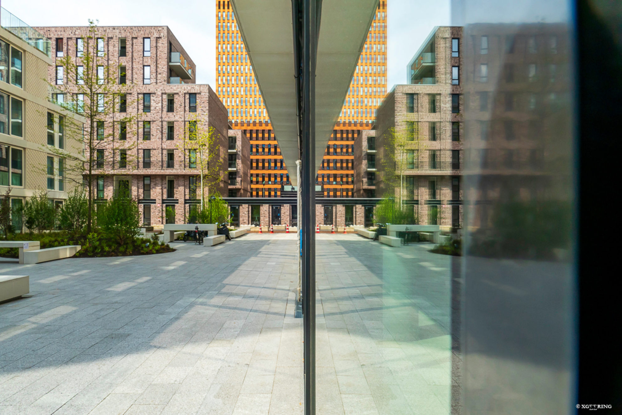 Zuidas 8 - En als je dan toch op deze locatie bent (dezelfde locatie als de vorige foto) dan kun je gelijk even gaan 'spelen met glas'. - foto door xgeering op 12-05-2020 - deze foto bevat: amsterdam, glas, lijnen, architectuur, reflectie, gespiegeld, gebouw, perspectief, zuidas