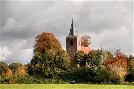 kerk van Eenum in herfstkleuren