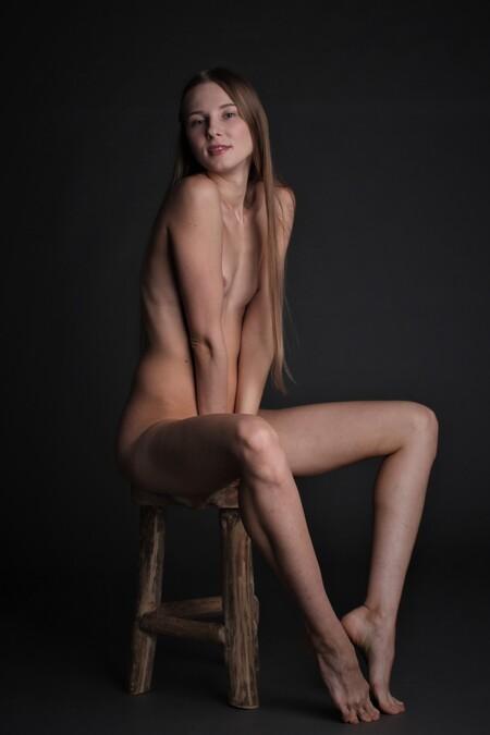 Nimfa again - Model: Nimfa - foto door MathieuMagne op 07-04-2021 - deze foto bevat: naakt, model, studio, haar, arm, schouder, shorts, been, jurk, menselijk lichaam, nek, flitsfotografie, knie