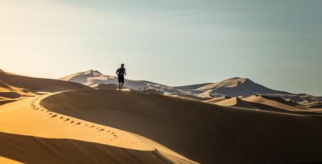 Joggen in de duinen van Erg Chebbi