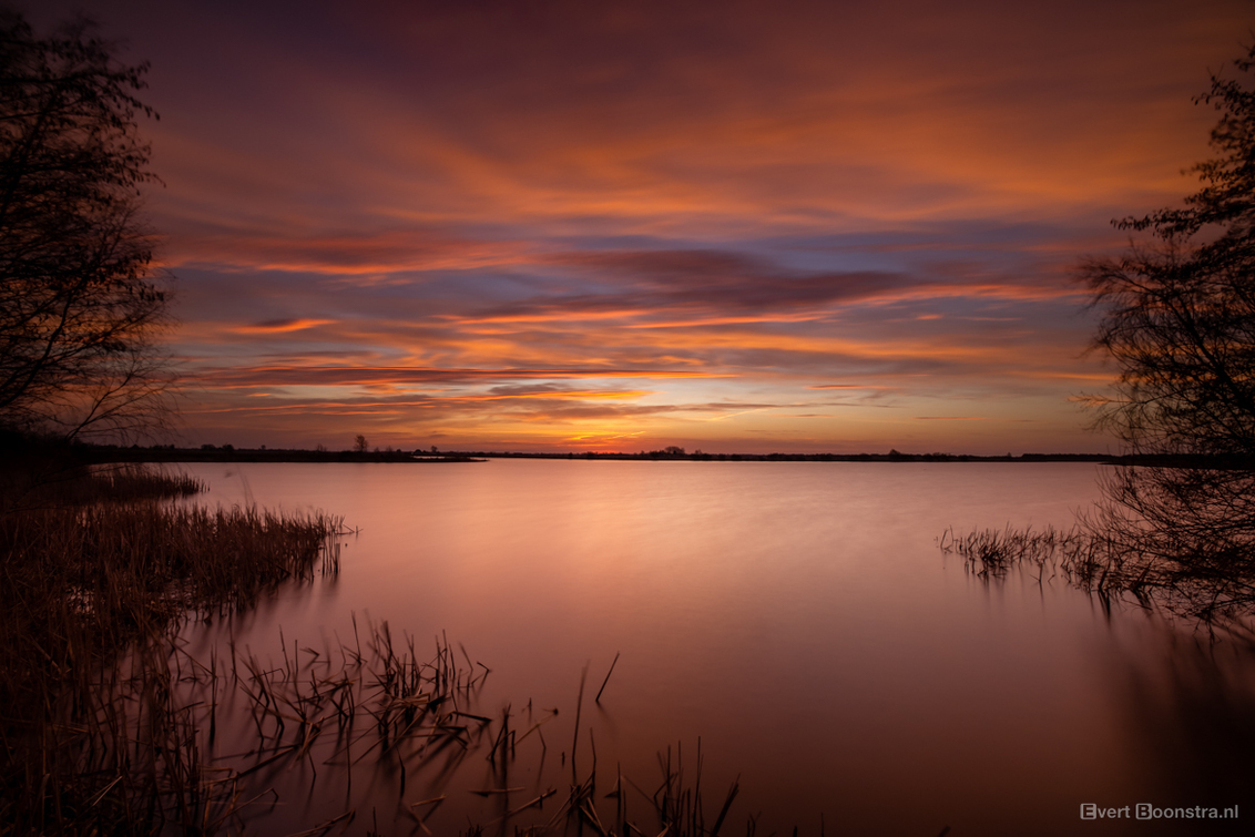 Mooie zonsopkomst in Friesland - - - foto door evertboonstra op 02-03-2021 - deze foto bevat: zon, water, ochtend, landschap, tegenlicht, zonsopkomst, meer, friesland, lange sluitertijd