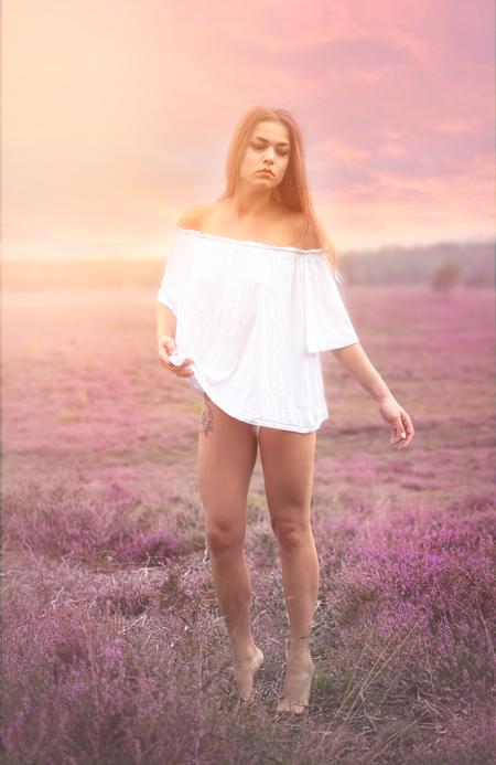 Samantha - - - foto door Bakinett op 10-09-2020 - deze foto bevat: vrouw, kleur, natuur, licht, portret, reclame, model, bos, haar, fashion, meisje, lief, beauty, glamour, belichting, jurk, mode, magazine, fotoshoot, kleding, romantisch, locatie, makeup, bokeh, commercial, editorial, fashionfotografie