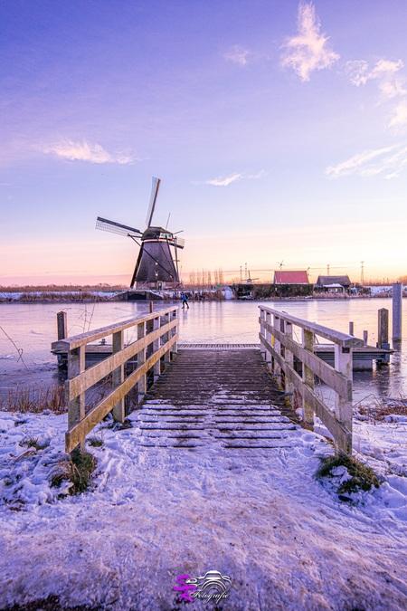 Kinderdijk - - - foto door samantharorijs op 25-02-2021 - deze foto bevat: lucht, wolken, zon, dijk, panorama, natuur, licht, sneeuw, winter, ijs, spiegeling, landschap, zonsopkomst, bomen, meer, molen, polder