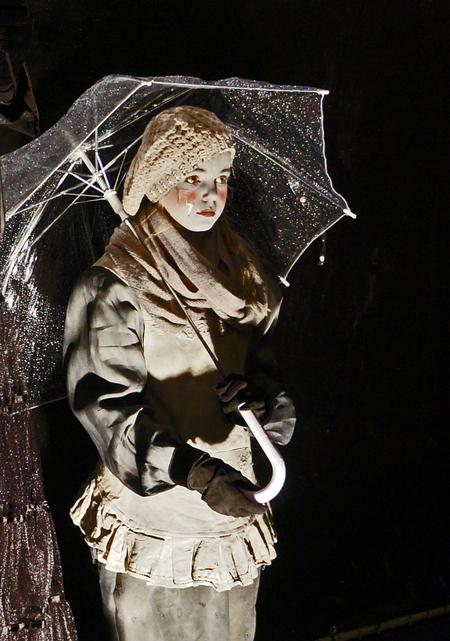 Ondanks de regen . . - KAMPEN - toch even een rondje door de stad gelopen. Dit meisje trotseerde de regen en de kou. Toch even een avond/nachtopname gemaakt helaas zonder s - foto door 1103 op 23-12-2013 - deze foto bevat: regen, avond, schaduw, standbeeld, meisje, kampen