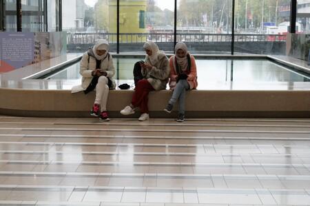 """Straatfotografie. - Waar zouden we zijn zonder ons """"mobieltje""""? - foto door CanonFred op 16-04-2021 - locatie: Stationshal 12, 3511 CE Utrecht, Nederland - deze foto bevat: broek, bagage en tassen, verdieping, vloeren, hout, lijn, vrije tijd, zak, trap, dij"""