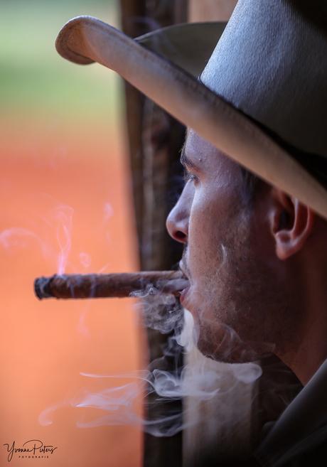 Sigarenmaker rookt eigen gedraaide sigaar