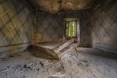 Oude piano in een verlaten huis