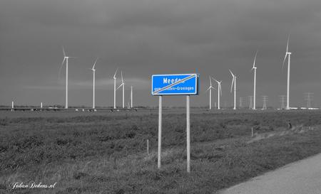 Omstreden windmolens bij Meeden - Het veelbesproken windpark langs de N33 bij Meeden krijgt steeds meer vorm.  In het windpark bij Meeden komen, in de driehoek van de N33 met de A7,  - foto door johandekens op 10-10-2020 - deze foto bevat: dramatisch, windmolens, landschap, verzet, ontwikkeling, omstreden, meeden, gemeente midden-groningen, boeren groningen