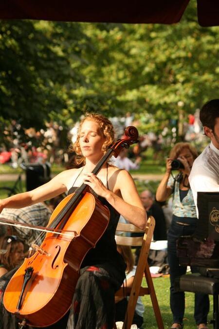dag van de romantische muziek 4 - Een park, romantische sfeer en rijk gevulde picknickmanden. Al nippend aan een glaasje wijn luisteren naar romantische muziek. Op verschillende podia - foto door glimmend op 14-08-2009 - deze foto bevat: park, fiets, muziek, dame, sfeer