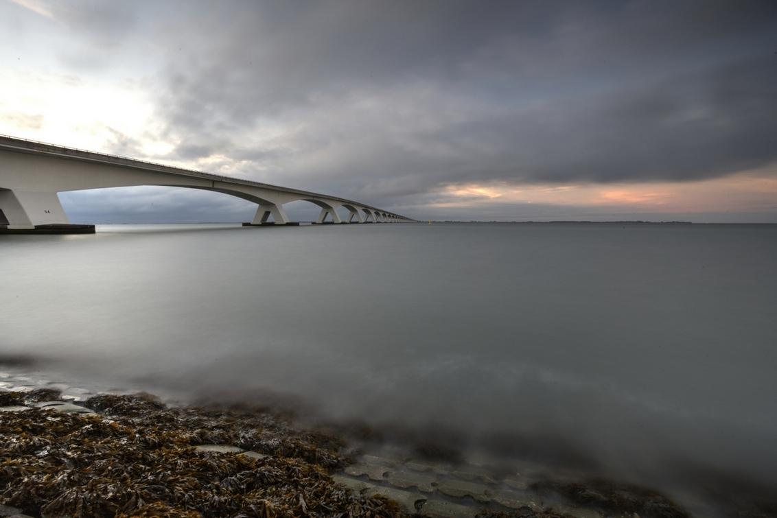 De brug anders - Bewerking van een avondopname. - foto door goosveenendaal op 19-07-2014 - deze foto bevat: brug, zeeland, photoshop, tonemapping, lange sluitertijd, photomatrix