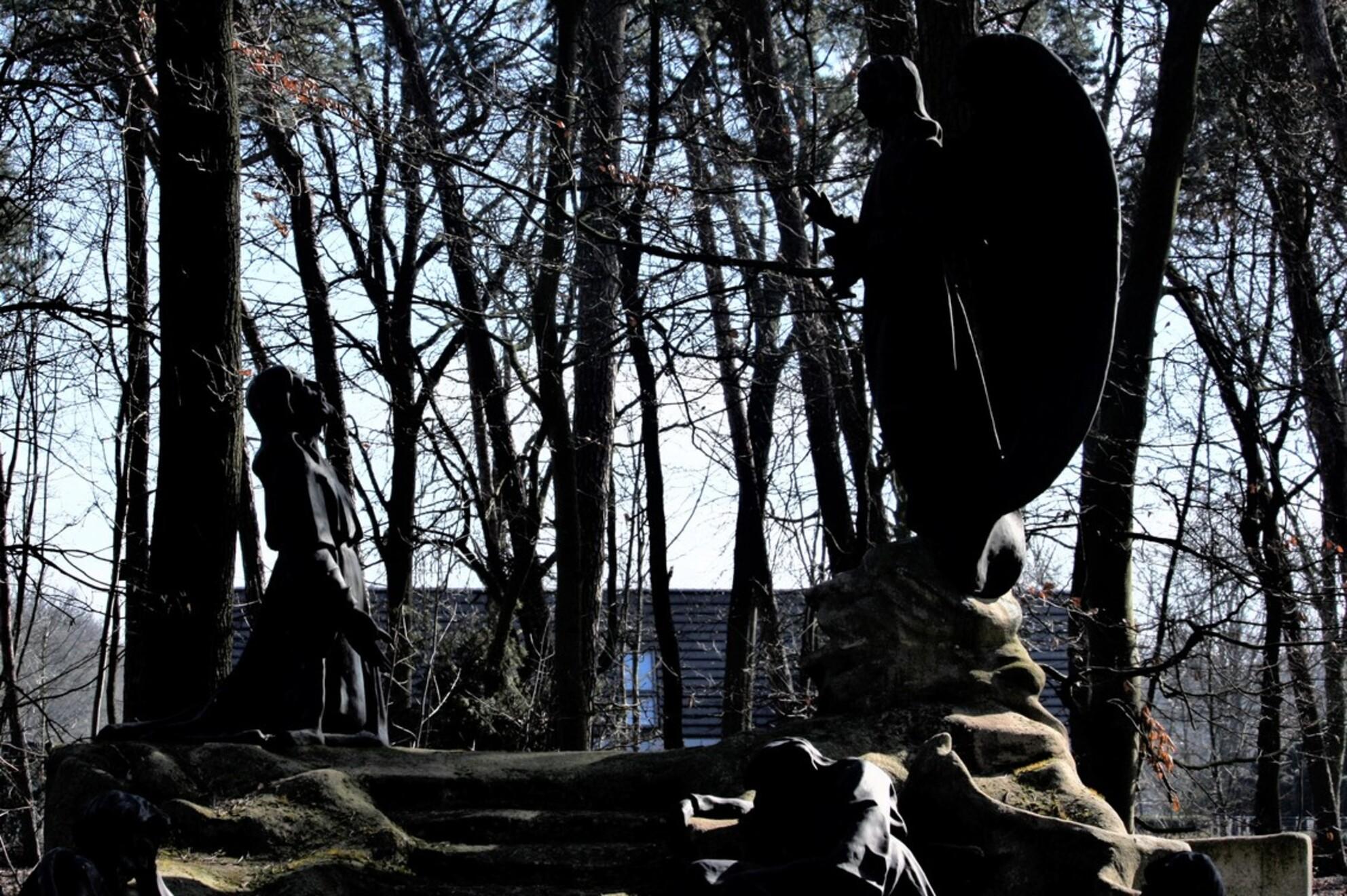 same here the conversation but dark - - - foto door sweetnic86 op 28-02-2021 - deze foto bevat: architectuur, kerkhof, cultuur - Deze foto mag gebruikt worden in een Zoom.nl publicatie