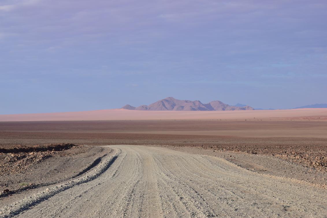 Alleen op de wereld - Onderweg van Sesriem naar Aus, in Namibië, kom je weinig tot geen mensen tegen. - foto door paulmassink op 01-06-2018 - deze foto bevat: namibie, eenzaamheid, roadtrip