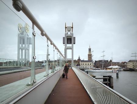 Kampen - Te voet.... - foto door pietsnoeier op 06-04-2021 - deze foto bevat: brug, kampen, straatfotografie