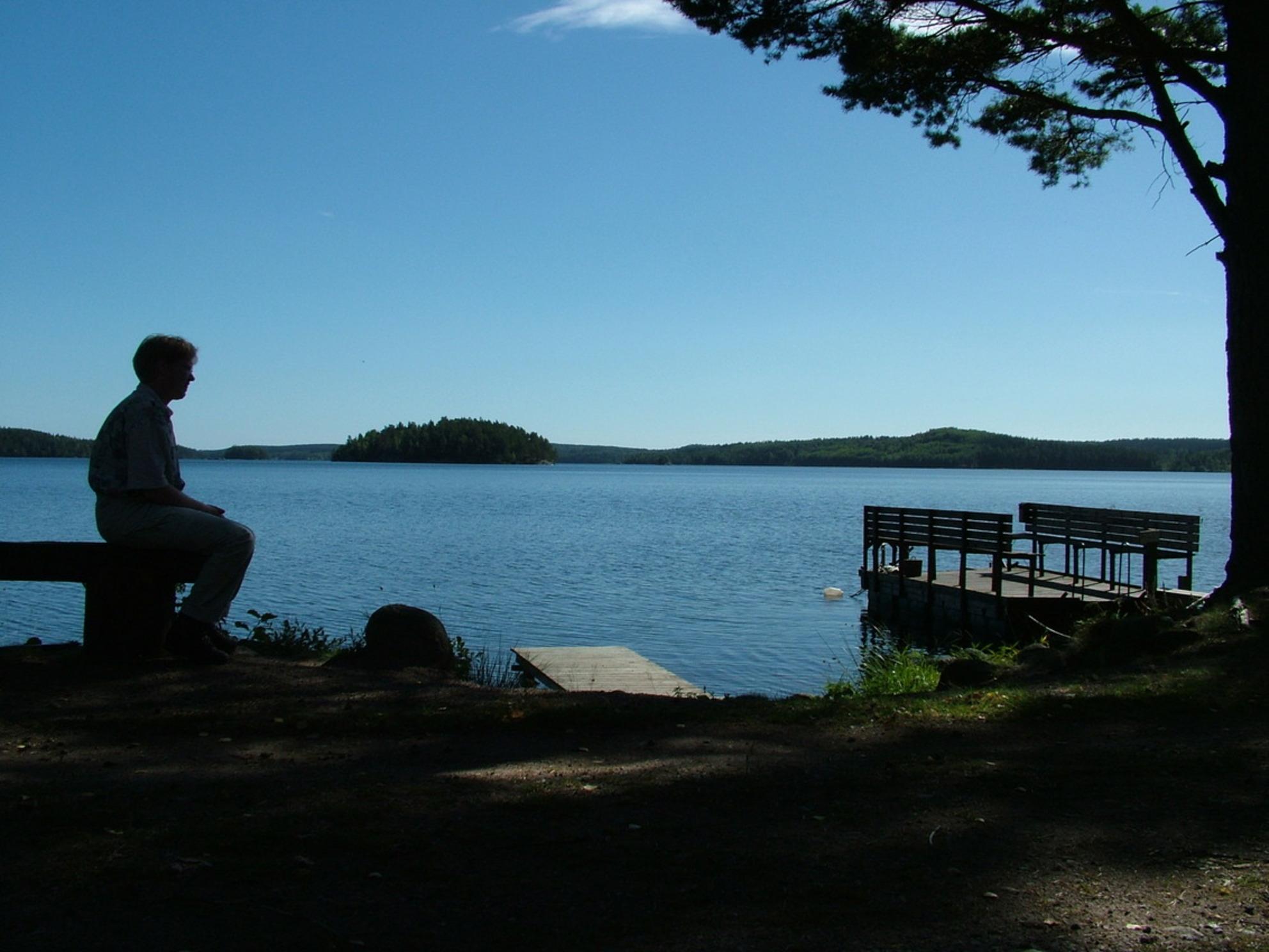 Rust en ruimte - Tijdens een pauze stop aan een meertje in Zweden aan het experimenteren met de camera. - foto door aurora37 op 04-04-2010 - deze foto bevat: vakantie, tegenlicht - Deze foto mag gebruikt worden in een Zoom.nl publicatie