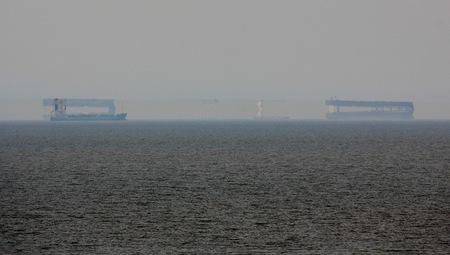 Fatamorgana voor de kust van Zandvoort. - Op 24 maart 2012 was er voor de kust van Zandvoort een bijzonder weerfenomeen waar te nemen. Een naar bovenspiegeling van schepen was het resultaat v - foto door Derine op 30-12-2012