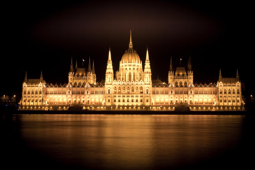 Parlement Reflections - Budapest Parlements gebouw. 's Avonds prachtig uitgelicht. - foto door serelsnauw op 25-07-2013 - deze foto bevat: architectuur, reflectie, nacht, reflections, budapest, night, parlement, long exposure, nacht fotografie, serelsnauw