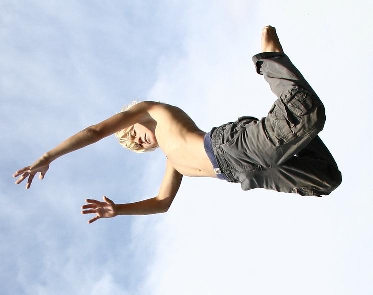 Jump - - - foto door Bencardi op 13-08-2006 - deze foto bevat: portret, kinderen, trampoline
