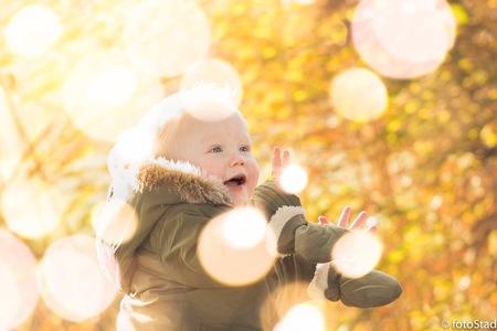 Happy child - Om dit vrolijke kinderportret iets extras te geven meerdere foto's over elkaar gelegd met bokeh lichtjes - foto door fotostad op 26-11-2017 - deze foto bevat: licht, portret, kind, bewerking, sfeer, photoshop, bokeh, scherpte diepte, meerdere foto's