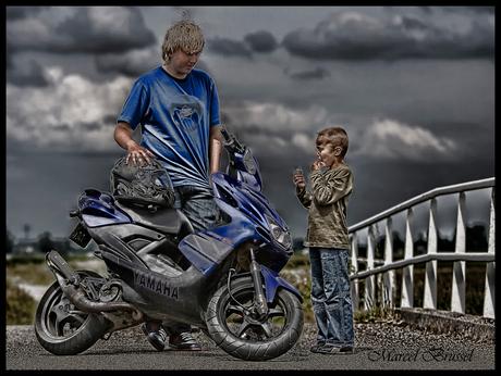 2 neven en een scooter
