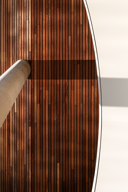 The Pontsteiger Detail 3 - The Pontsteiger is based on a hourglass shape that lands like a half-open building block. Placing the block on 7-meter-high pylons, the view of the w - foto door Rob Bekker op 28-11-2019 - deze foto bevat: amsterdam, wit, zon, abstract, water, bruin, licht, lijnen, architectuur, schaduw, hout, gebouw, stad, woning, perspectief, vorm, huis, hotel, pont, steiger, ontwerp, plank, hdr, beton, design, schaduwspel, dag, urbex, ndsm, tonemapping, architect, planken, minimalistisch, houtwerk, huur, urban exploring, houthavens