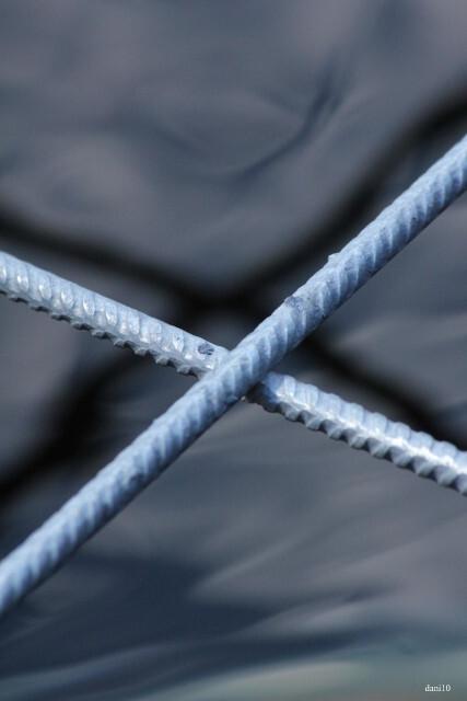 Kruis - Het ijzeren raster op de vijver. - foto door dani09 op 02-08-2010 - deze foto bevat: kruis, raster