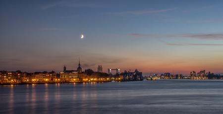 Dordrecht in the Blue Hour - part two - Dit is de tweede versie van mijn avondje fotograferen van de binnenstad van Dordrecht.  Ditmaal gekozen voor een ruimere compositie. Iedereen weer  - foto door tuk81 op 25-10-2013 - deze foto bevat: roze, blauw, geel, avond, architectuur, stad, maan, nacht, dordrecht, papendrecht, Blauwe uurtje, christian-tuk, historische binnenstad dordrecht