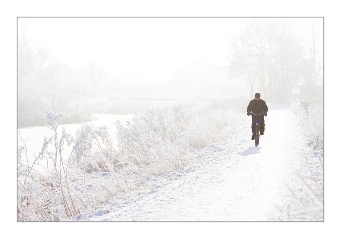 eenzame man in de kou! - Eindelijk weer eens buiten gefotografeerd. Dat was lang geleden. Het is ook zo mooi vandaag. Ik ga vanmiddag nog even terug!! - foto door diana2206 op 09-01-2009 - deze foto bevat: man, sneeuw, winter, eenzaam, kou, vries, diana2206