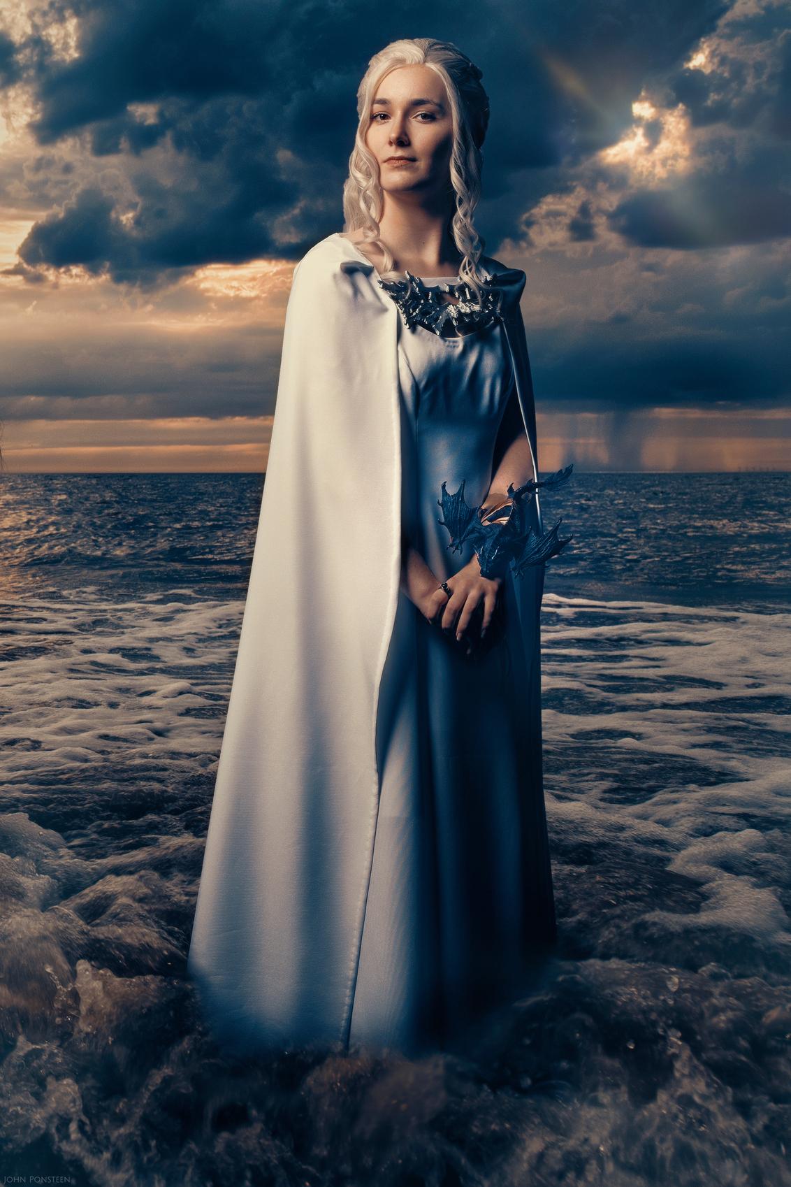 Daenerys Targaryen - - - foto door Etsie op 02-03-2020 - deze foto bevat: vrouw, wolken, zee, regen, portret, model, storm, flits, ogen, haar, beauty, photoshop, wisselvallig, outfit, strobist, cosplay, fine art