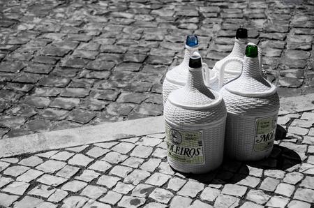 Empty - de wijnkruiken staan klaar om opgehaald te worden. De vervoerder gaf me nog even de tijd om de foto te maken voordat hij ze meenam - foto door aschuijffel op 31-05-2013 - deze foto bevat: portugal, wijn, algarve, zwart wit