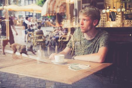 Dromerige singer-song writer - Voor deze opdracht voor Don van Baar, een singer-song writer, visualiseerde ik zijn tekst-schrijvende fase. De foto laat een dromerige atmosfeer van  - foto door lk123456789 op 16-07-2015 - deze foto bevat: cafe, amsterdam, glas