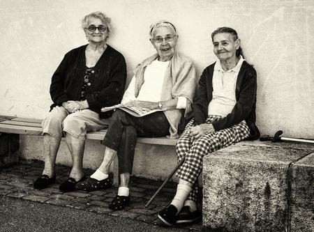 * Ensemble depuis 240 ans * - Dank voor waarderingen/reacties. - foto door AriEos op 17-12-2020 - deze foto bevat: oud, mensen, straat, portret, zwartwit, vrouwen, straatfotografie, coubon