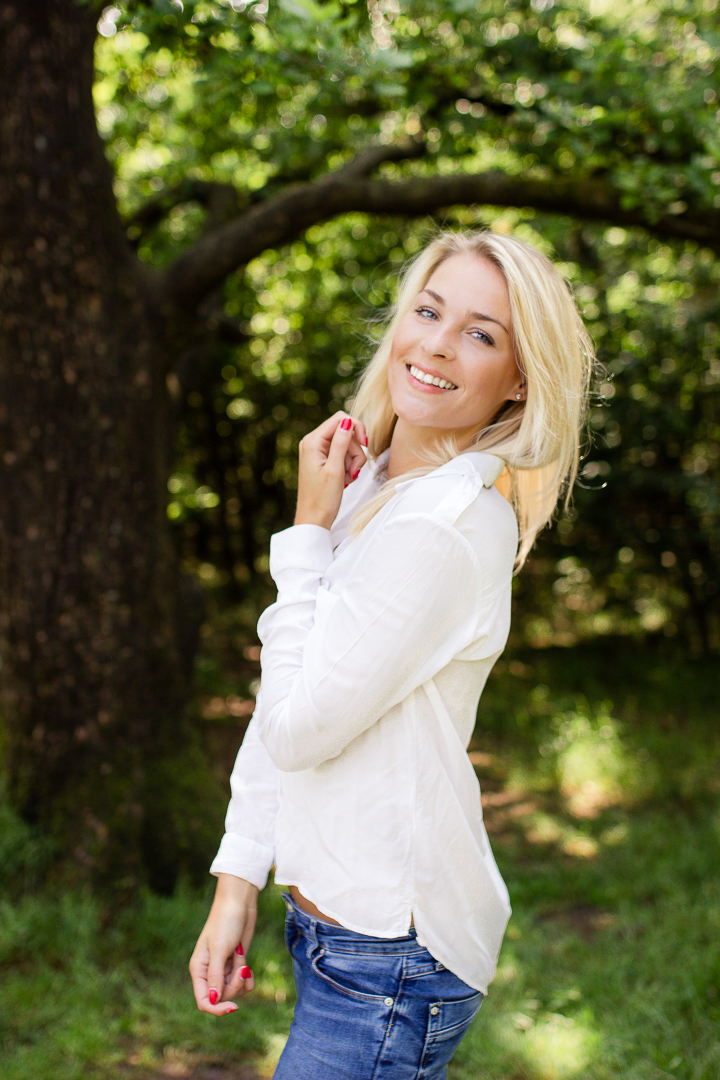 Summer vibes - Zacht, zomers portret van deze prachtige blondine. - foto door VeraVeer op 28-06-2015 - deze foto bevat: vrouw, mensen, licht, portret, schaduw, model, zomer, daglicht, lachen, fashion, meisje, lach, beauty, emotie, blond, mode, fotoshoot, 35mm