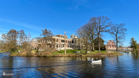 Sterrenwacht Leiden - De Leidse Sterrewacht is het oudste nog bestaande universitaire observatorium ter wereld. Na een grote restauratie in 2011 is de Sterrewacht weer ter - foto door amsterdamned_zoom op 25-02-2021 - deze foto bevat: vijver, gebouwen, holland, nederland, leiden, sterrenwacht, netherlands, amsterdamned