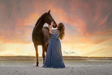 Sunset love. - - - foto door RenateZuidemaFotografie op 23-02-2021 - deze foto bevat: sunset, sneeuw, paard, zonsondergang, liefde, love, jurk, snow, horse, magisch, dress, magical