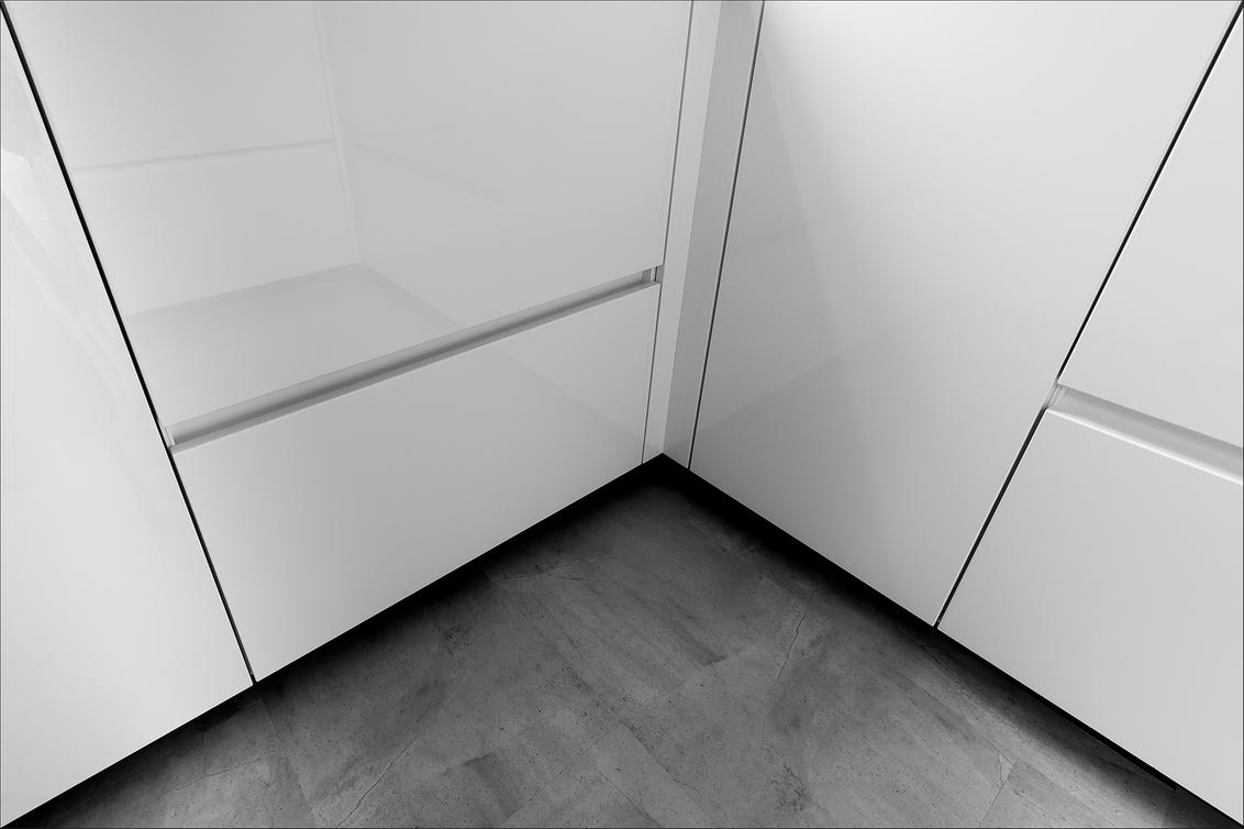 Kijkje in de keuken - ... - foto door corvee1r op 21-03-2021 - deze foto bevat: abstract, lijnen, architectuur, reflectie, perspectief, groningen, zwartwit, interieur, huis, interieurfotografie, corvee1r