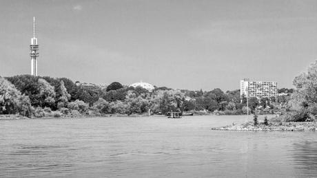 De Rijn vanaf Meinerswijk. je ziet de KEMA toren en de koepelgevangenis.