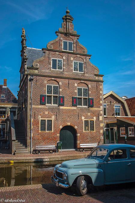 een oudje van twee oudjes - Het Raadhuis van de Rijp uit 1630 en een Volvo PV544 katterug uit begin '60. foto is van 2007. - foto door rits op 06-02-2021 - deze foto bevat: 2007, de rijp, raasdhuis., volvo katterug
