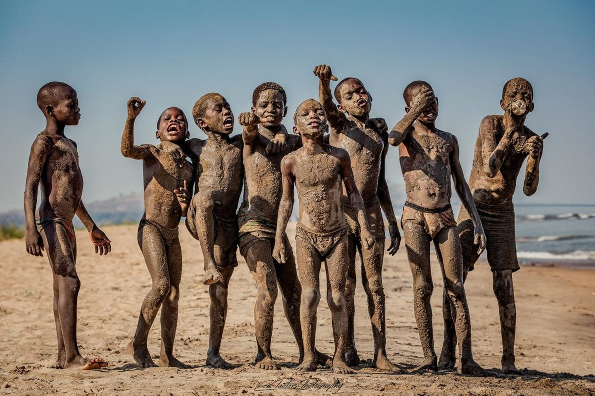 Sand Monsters - Boys on the beach of lake Malawi covered in sand and mud - foto door EdPeetersPhotography op 19-09-2016 - deze foto bevat: boys, afrika, beach, lake, sand, mud, malawi, edpeetersphotography, chitimba
