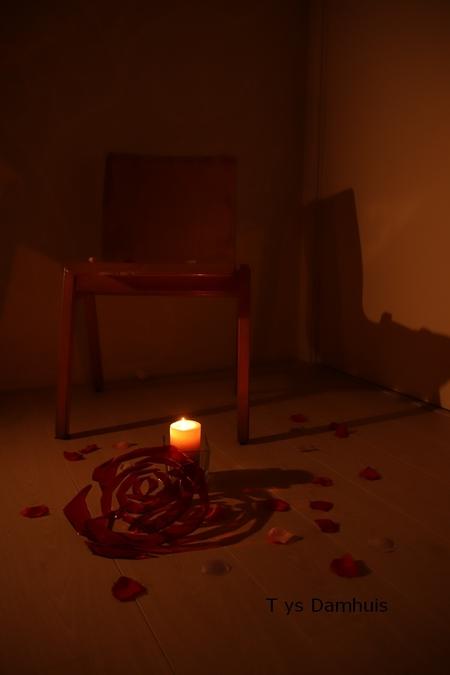 stoel td 27 (26) - stil leven: gemaakt door Tys Damhuis - foto door tysdamhuis op 30-11-2020 - deze foto bevat: kleur, roos, licht, avond, schaduw, liefde, kunst, kaarslicht, stilte, nachtfotografie, stoel, vloer, stil leven, tys damhuis, na denken, tys, stil leven fotografie