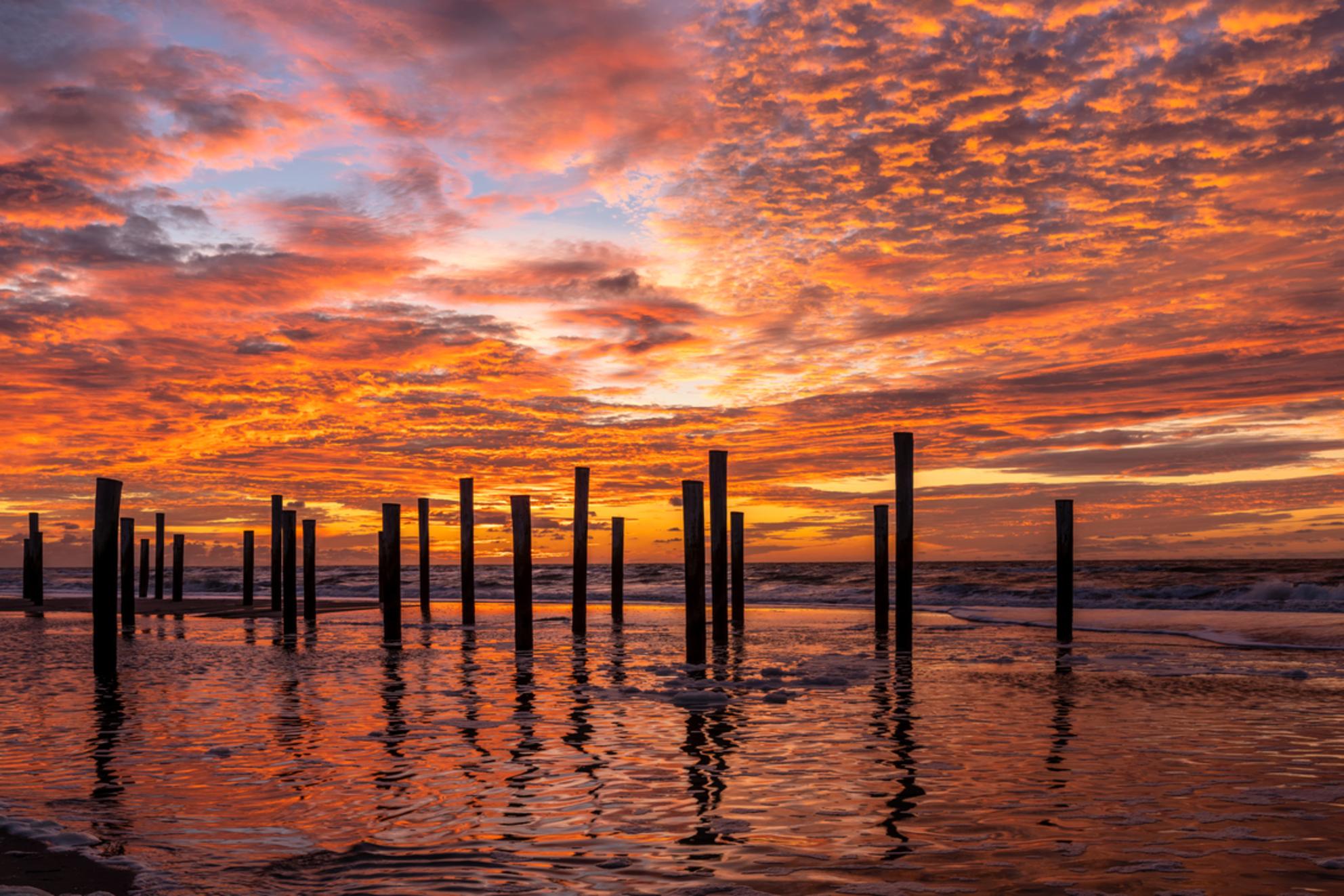 Palendorp Petten - - - foto door m_oudenaarden op 21-11-2020 - deze foto bevat: lucht, wolken, strand, zee, water, licht, avond, zonsondergang, landschap, tegenlicht, kust, nederland, photoshop, noordholland, europa, petten, lightroom, nik, noord-holland, fotohela, palendorp