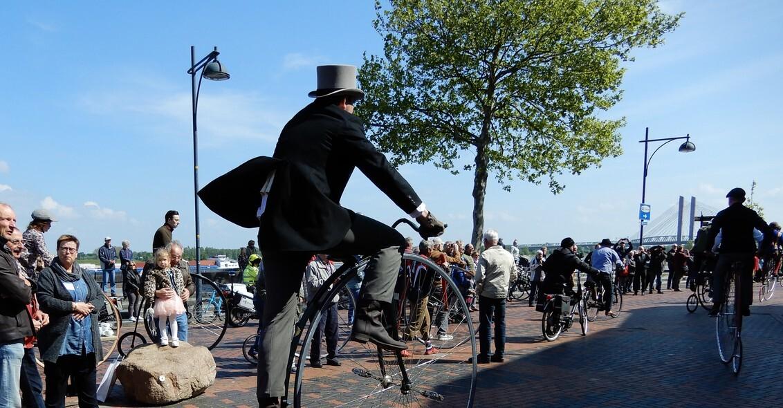 11 mei 2019 Zaltbommel HiBike wedstrijden - een van de deelnemers aan de HiBike wedstrijd in Zaltbommel, de meeste heren waren gekleed in kleding van vroegere tijden. - foto door Tonny1946 op 16-02-2020 - deze foto bevat: sport, fietsen, wedstrijd, wielrennen