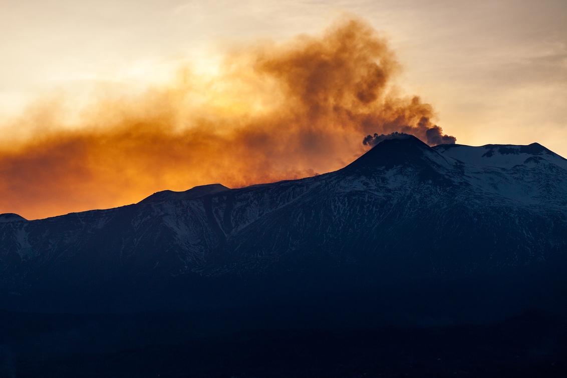 Brandende lucht - De Etna bij zonsondergang. - foto door Jheronimus op 30-10-2020 - deze foto bevat: lucht, zon, uitzicht, zonsondergang, vakantie, reizen, landschap, reisfotografie, europa