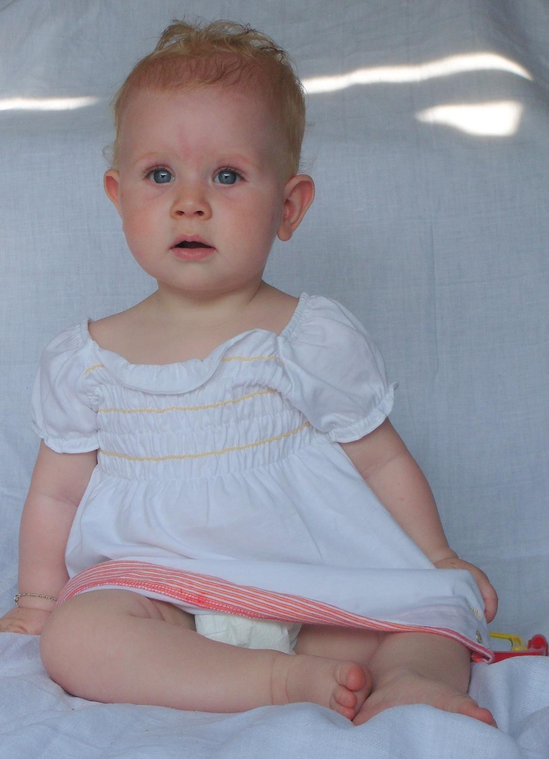 Prinses - Foto's maken is ze al helemaal gewend, haha. - foto door mariah1982 op 03-07-2010 - deze foto bevat: baby 9 maanden