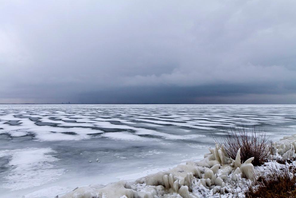 Winterlandschap bij Marken - Een prachtig sfeerplaatje van een dichtgevroren Markermeer in februari waar de dooi net is ingetreden. - foto door Maragmar op 14-02-2012 - deze foto bevat: wit, sneeuw, winter, ijs, marken, koud, holland, bevroren, februari