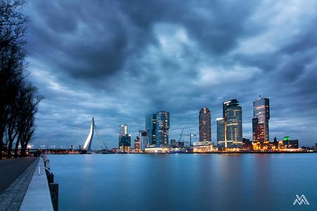 Rotterdam - - - foto door marleensavert op 11-04-2016 - deze foto bevat: lucht, wolken, water, rotterdam, licht, avond, architectuur, reflectie, gebouwen, stad, erasmusbrug, maas, dreigend, lange sluitertijd, hotel new york, de Rotterdam