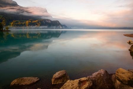 Brienzersee - - - foto door paulcelus op 08-10-2019 - deze foto bevat: lucht, wolken, water, natuur, licht, landschap, mist, bergen, meer