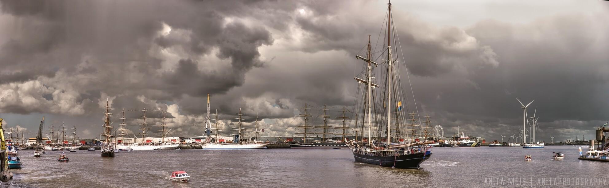 Panorama Sail 1 - Een panorama richting de Tallships aan de groene en rode kade. Dreigende luchten maken het schouwspel nog interessanter. We hielden het niet helemaal - foto door spitsoor op 03-07-2016 - deze foto bevat: scheepvaart, luchten, schip, sail, varen, evenement, tallship, wolken., delfsail2016 - Deze foto mag gebruikt worden in een Zoom.nl publicatie