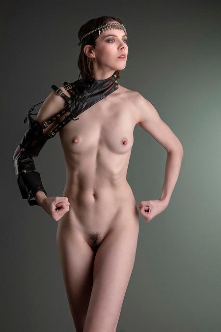 Power Woman - Denisa Strakova - foto door jhslotboom op 06-07-2020 - deze foto bevat: vrouw, portret, model, erotiek, kracht, naakt, pose, studio, klassiek, leren, artistiek, krachtig, armbeschermer
