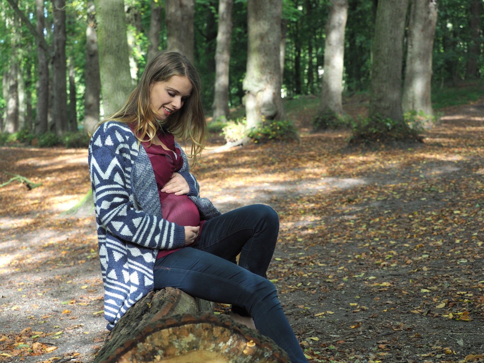 Teder... - 20 weken ...Karin tast  een nieuw leven.. Gisteren een gave  shoot voor haar... - foto door pietsnoeier op 13-10-2017 - deze foto bevat: vrouw, herfst, portret, model, bos, daglicht, lief, beauty, zwanger, straatfotografie, karin, fotoshoot, teder, buikje, groenendaalsebos - Deze foto mag gebruikt worden in een Zoom.nl publicatie